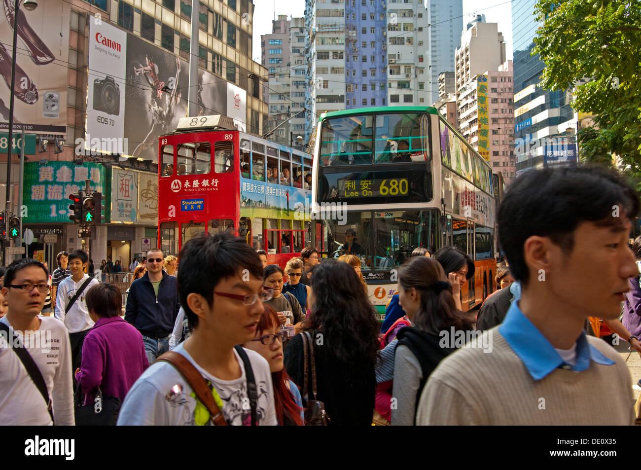 Crowd-Szene während der Rush Hour in den schmalen Einkaufsstraßen in Central District, Hong Kong Stockbild