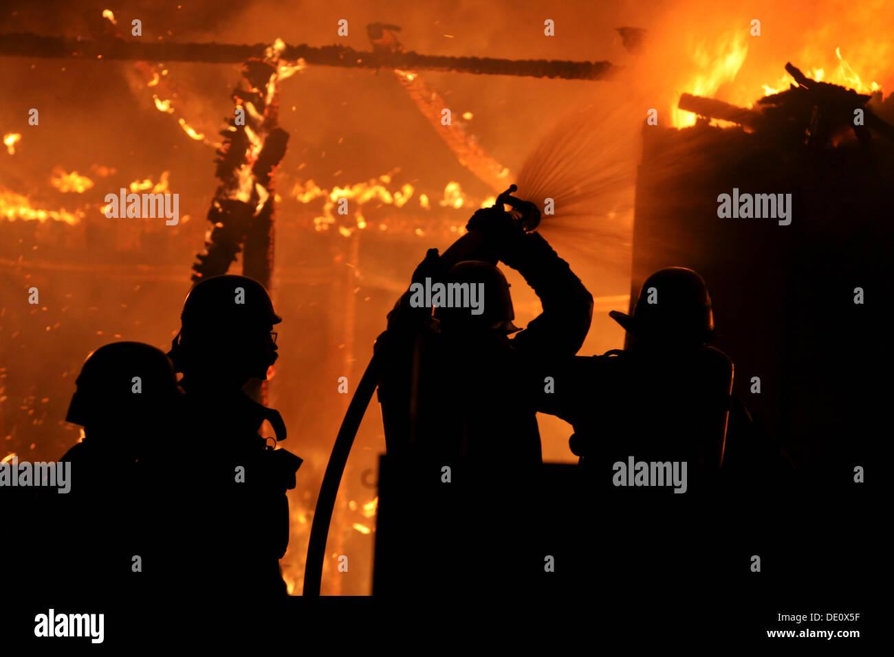 Brandstiftung, Feuerwehr Löschen eines Brandes im Storchennest Zuteilung Gartenbereich, Cottbusser Straße, Berlin-Hellersdorf Stockbild
