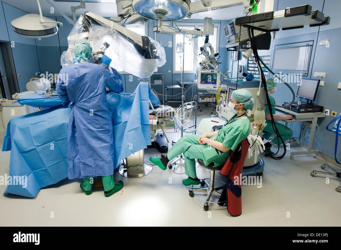 Anästhesist Überwachung Wirbelsäulenchirurgie mit einem ...