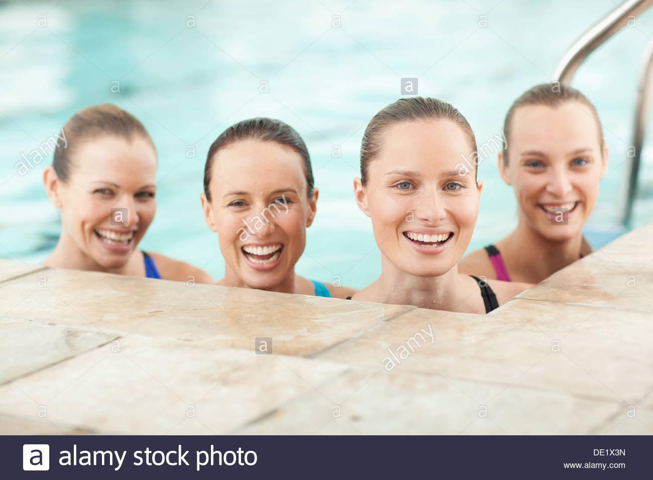 Porträt von lächelnden junge Frauen im Schwimmbad Stockfoto
