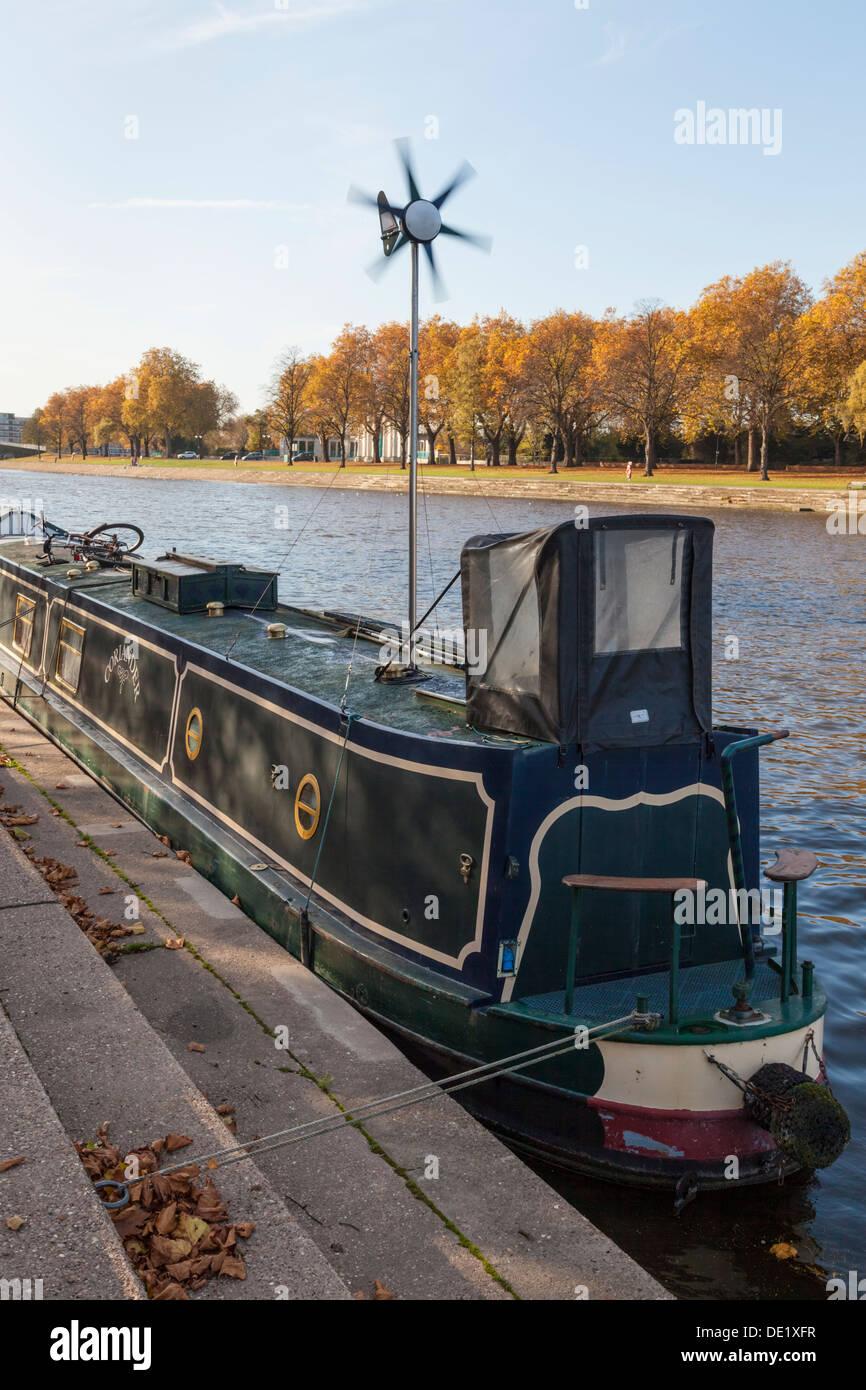 Boot mit Wind Generator. 15-04 mit einer Windkraftanlage für Stromversorgung, während auf dem Fluss Trent, Nottinghamshire, England, UK günstig Stockbild