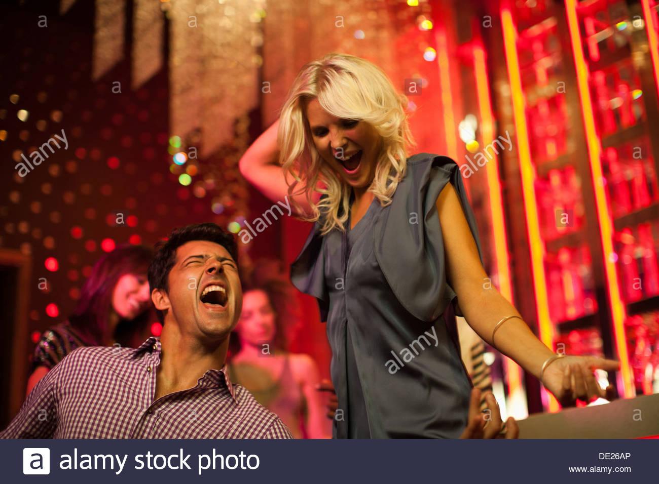 Freunde, tanzen im Nachtclub Stockbild