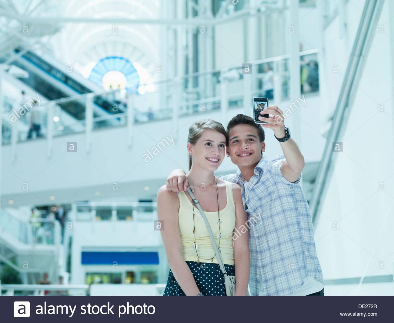 Lächelnde paar Einnahme Selbstporträt im Einkaufszentrum Stockbild