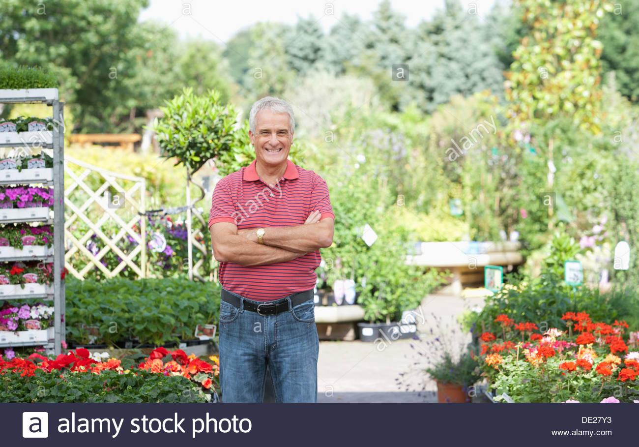 Reifer Mann stehend im Garten Stockbild