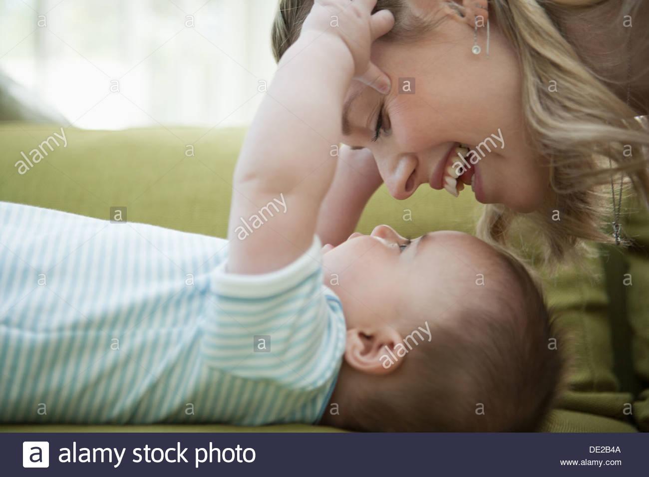 Nahaufnahme von Mutter blickte auf Baby Sohn Stockbild