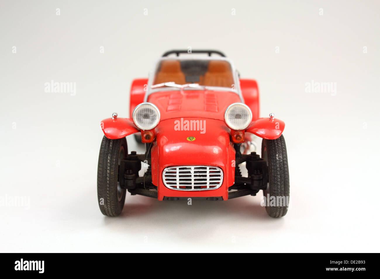 Druckguss Modell eines Lotus 7-Sportwagens auf weißem Hintergrund Stockbild
