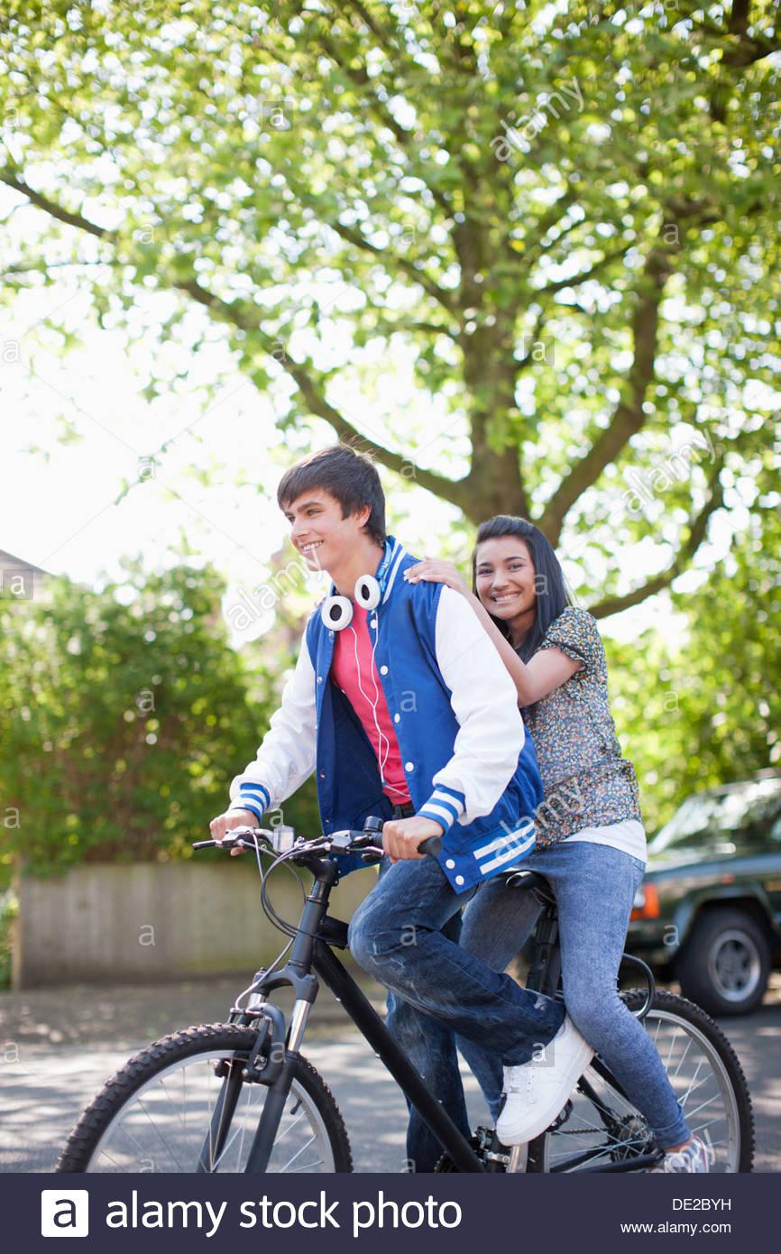 Teenager-Reiten-Freundin auf dem Fahrrad Stockbild