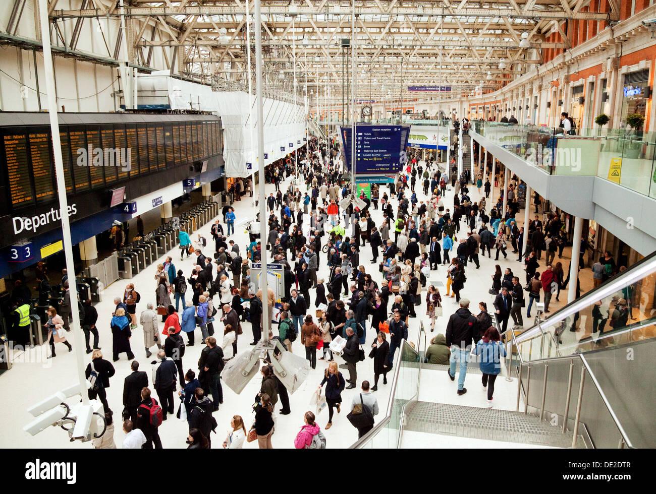 Waterloo Bahnhofshalle im Feierabendverkehr, London England UK Stockbild