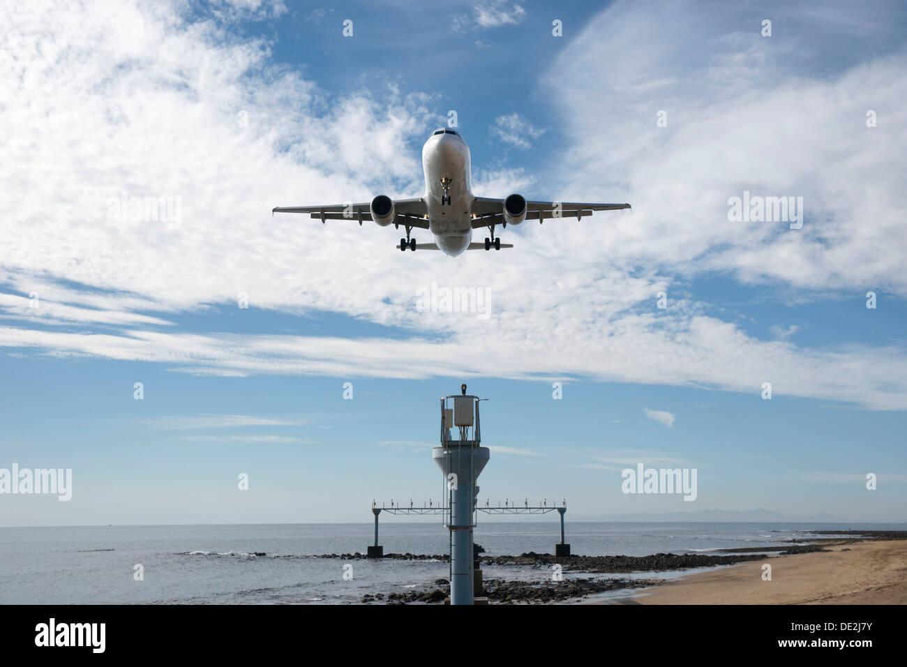 Airbus landet auf dem Start-und Landebahn 03 am Flughafen Arrecife, Lanzarote, Arrecife, Kanarische Inseln, Spanien Stockbild