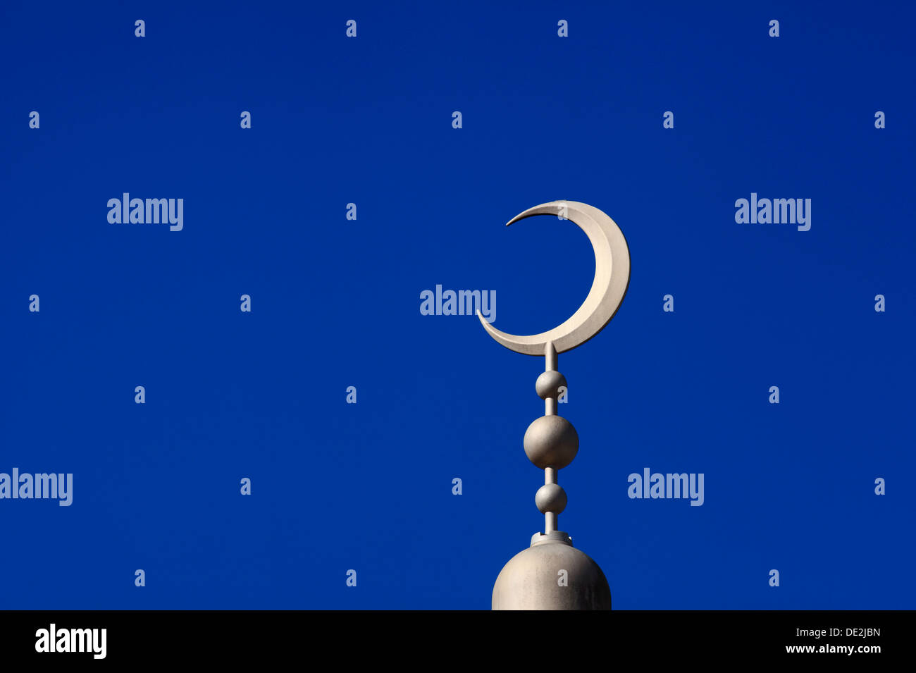Mondsichel-Symbol oben auf der East London Mosque, Whitechapel Road, East London. Stockbild