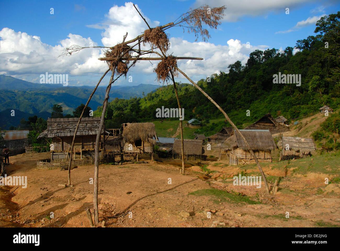 Armut, Naturreligion, Animismus, der Glaube an Geister glauben an Geister, Geister Schaukel am Eingang Dorfes, Dorf der Stockbild