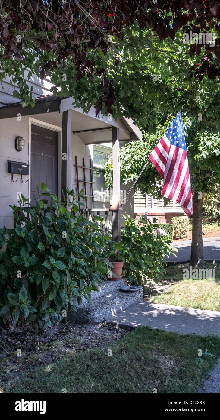 veranda eingang zum bescheidenen lackierten schindeln amerikanisches haus mit amerikanischen. Black Bedroom Furniture Sets. Home Design Ideas