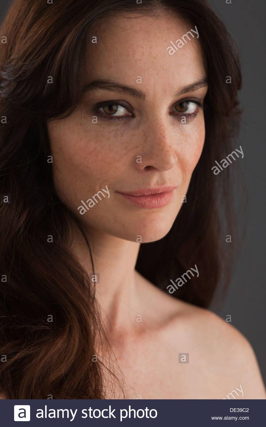 Porträt der Frau mit nacktem Oberkörper Stockbild