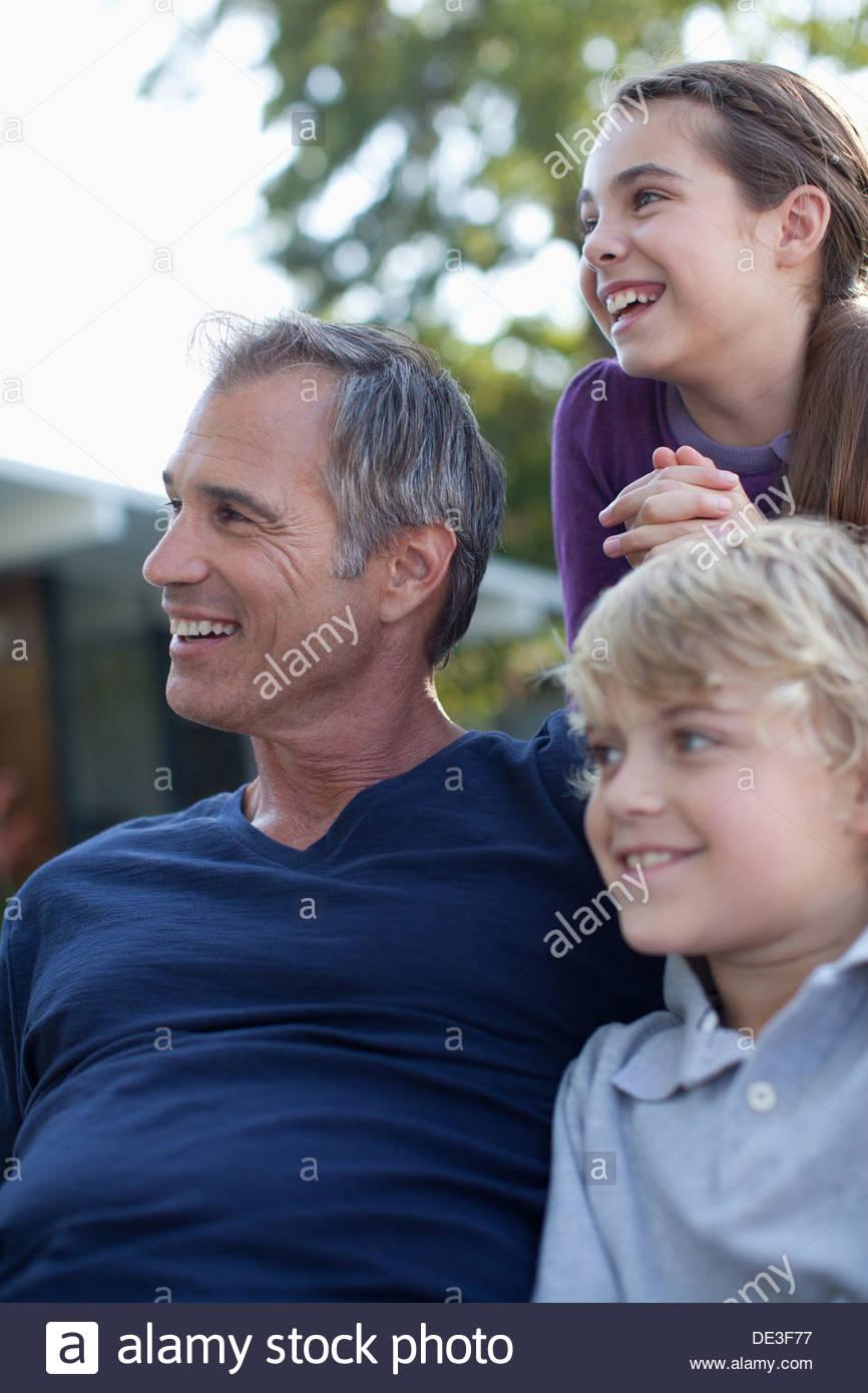 Vater und Kinder entspannen im freien Stockbild