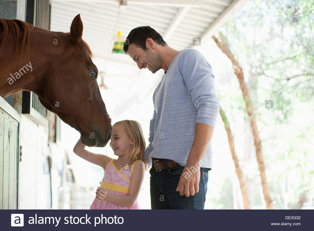 Vater und Tochter Petting Pferd Stockbild
