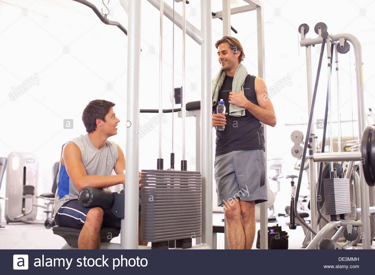 Porträt des Lächelns Männer trainieren Sie im Fitnessraum Stockbild