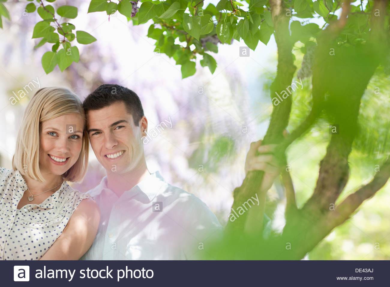 Paar lächelnd zusammen im freien Stockbild