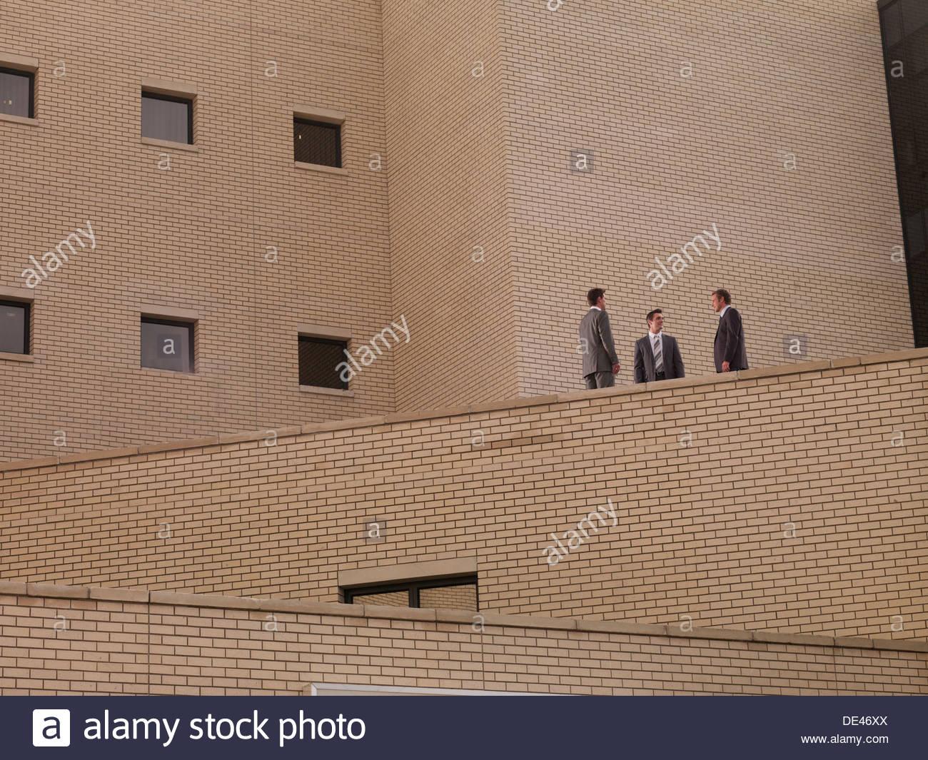 Geschäftsleuten stehen auf Balkon Stockbild