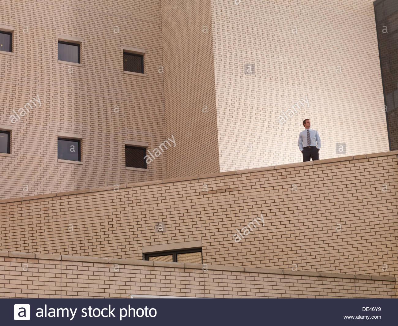 Geschäftsmann, stehend auf Balkon Stockbild