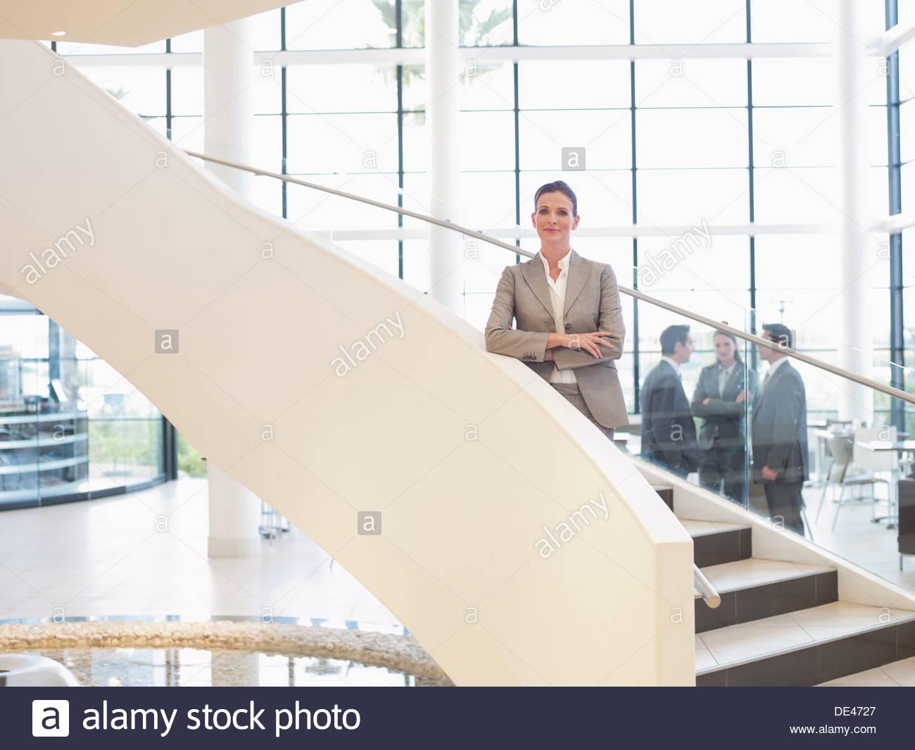 Geschäftsfrau, stehend auf der Treppe Stockbild