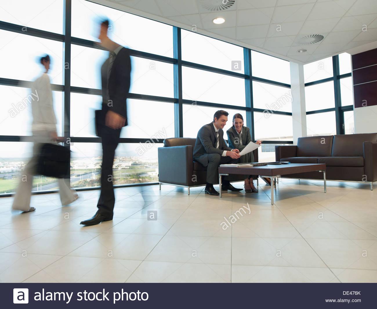 Geschäftsleute, die gemeinsam im Büro Wartebereich Stockbild