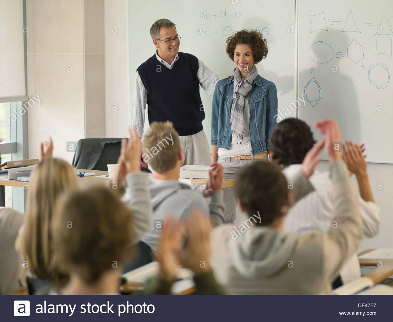 Professor und College-Student im Klassenzimmer Stockbild