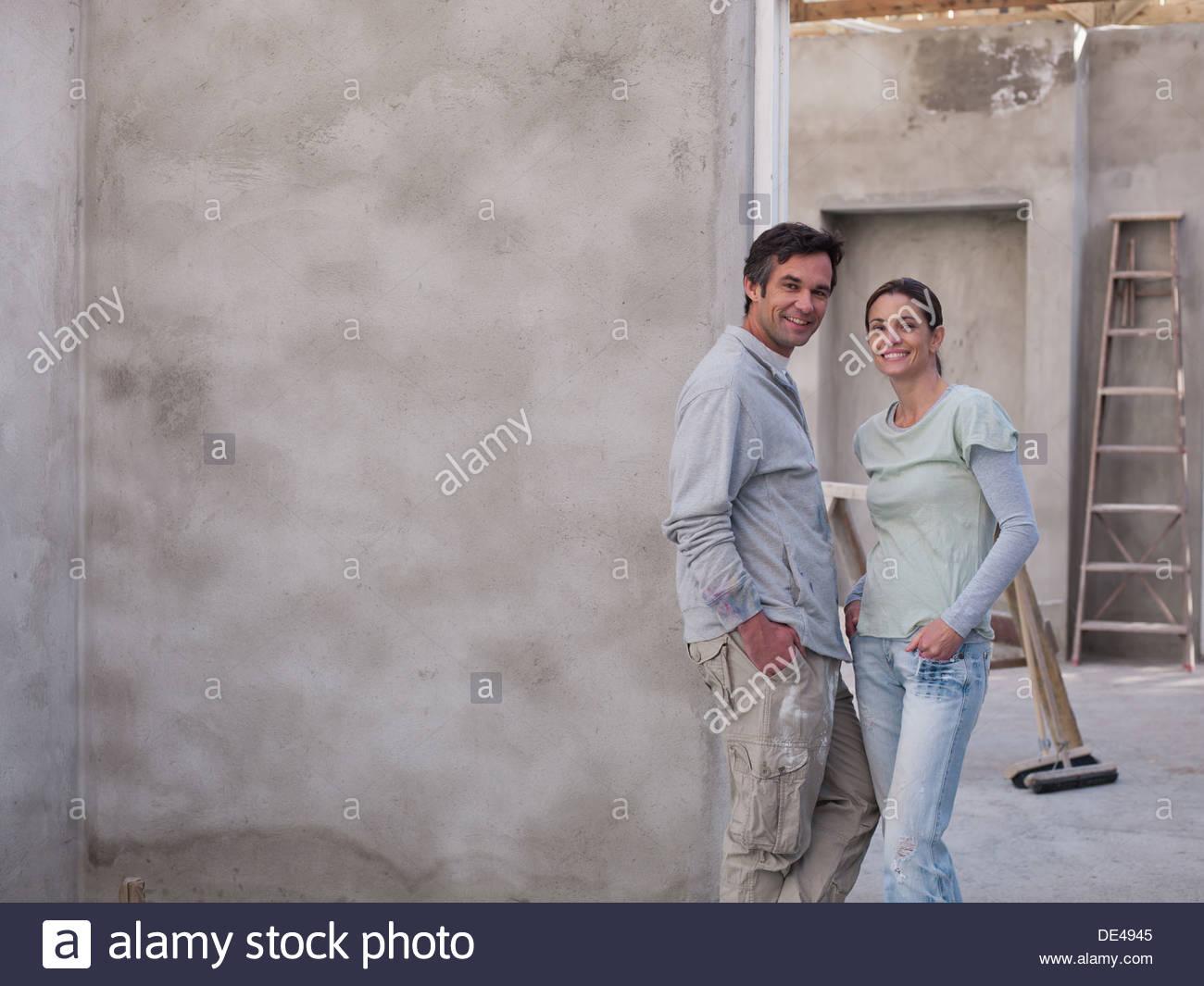 Paar im Haus im Bau Stockbild