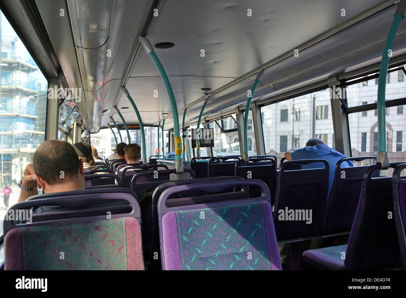 London Doppeldecker Bus Interieur mit Passagieren Stockfoto, Bild ...