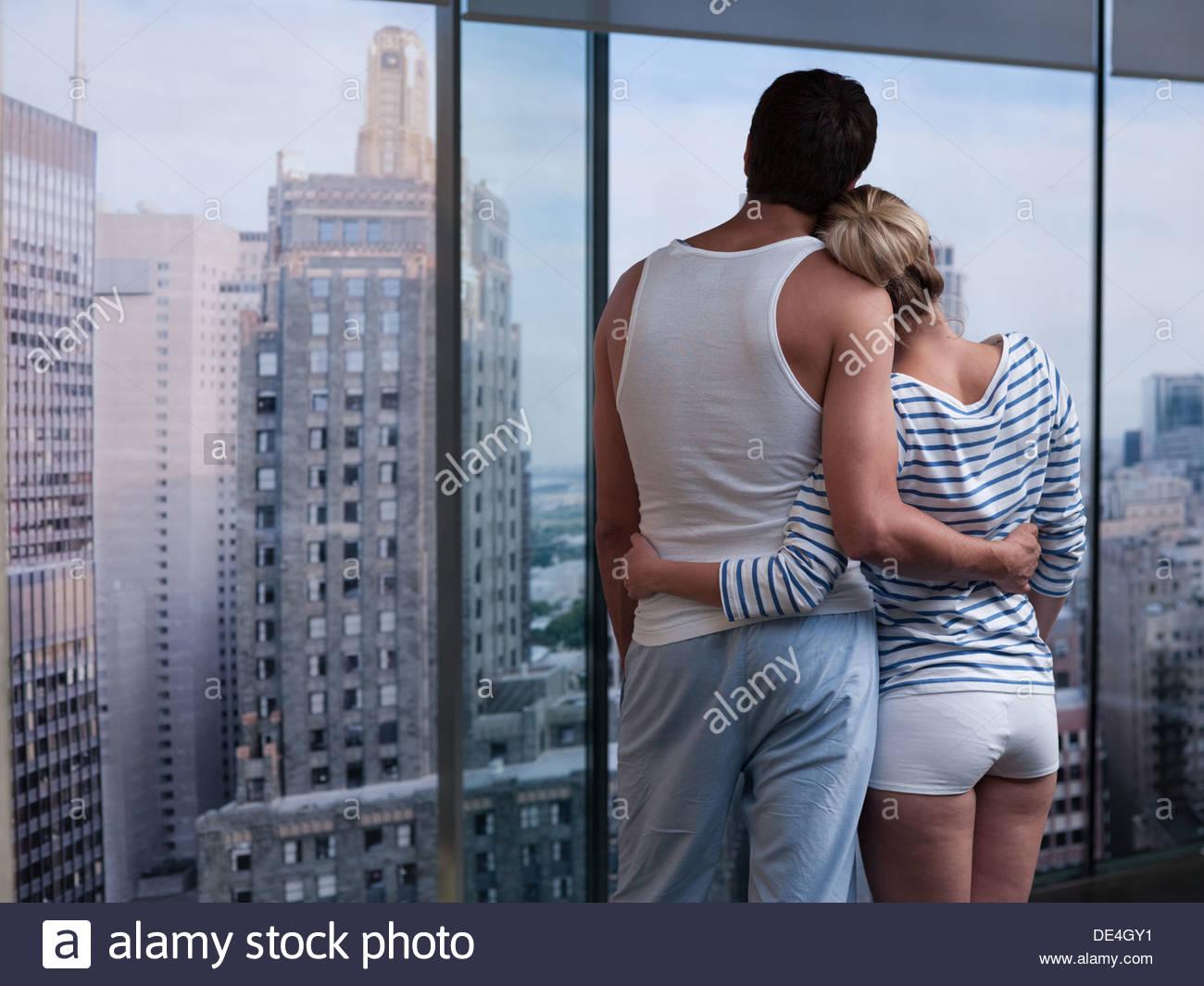 Paar umarmt und nach draußen Stockbild