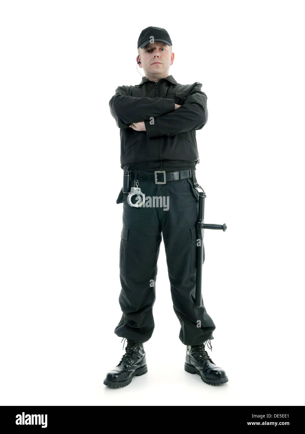 Security-Mann in schwarzer uniform geschossen mit Polizei-Club und selbstbewusst steht mit verschränkten Armen und Stockfoto