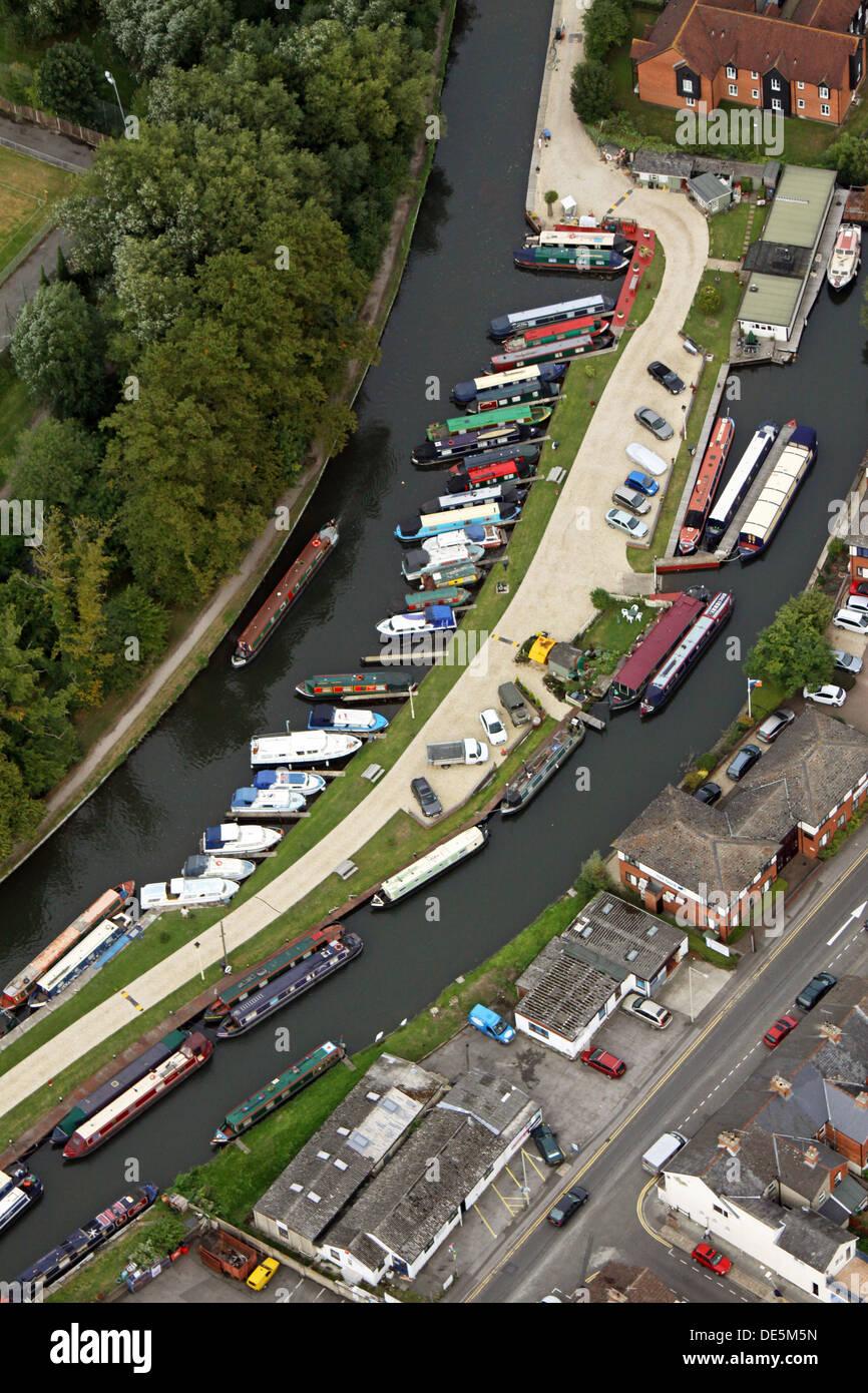 Luftbild von Kanalboote und Freizeitsektor in einer Marina in Newbury, Berkshire Stockbild