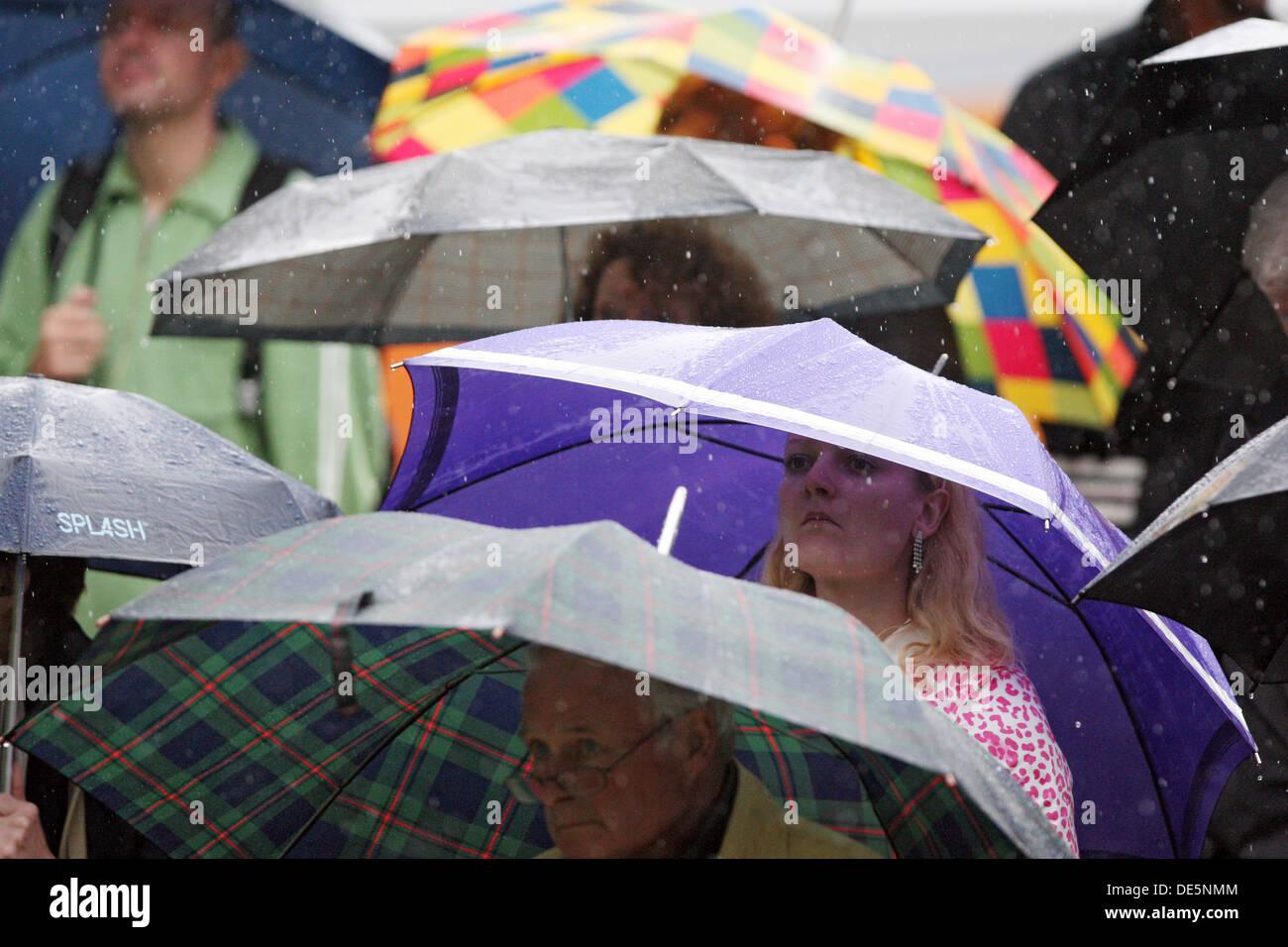 Düsseldorf, Deutschland, sind Menschen bei schlechtem Wetter unter ihren Regenschirmen Stockbild