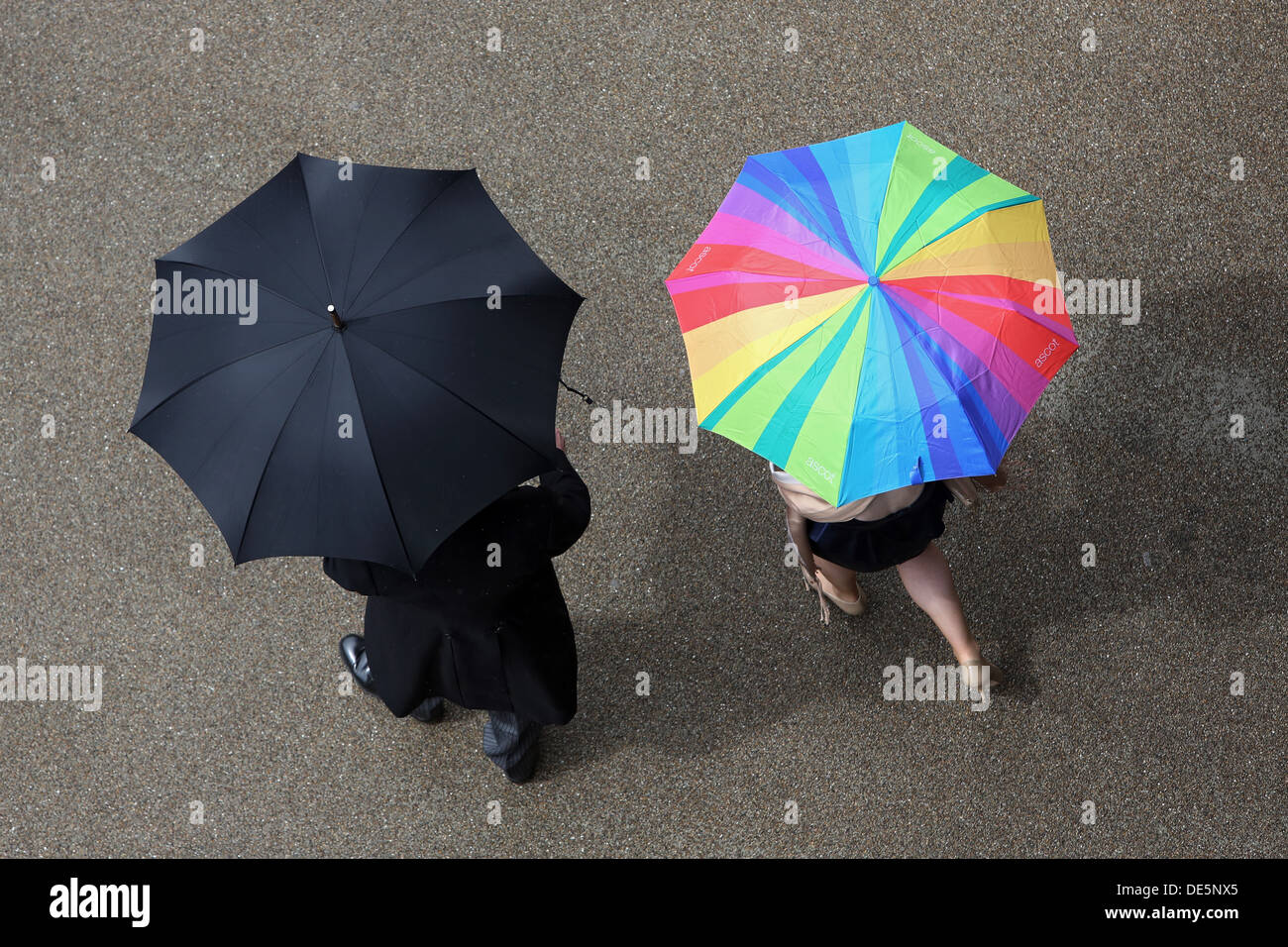 Ascot, Vereinigtes Königreich, Vogelperspektive, Menschen mit Sonnenschirmen auf der Straße Stockbild
