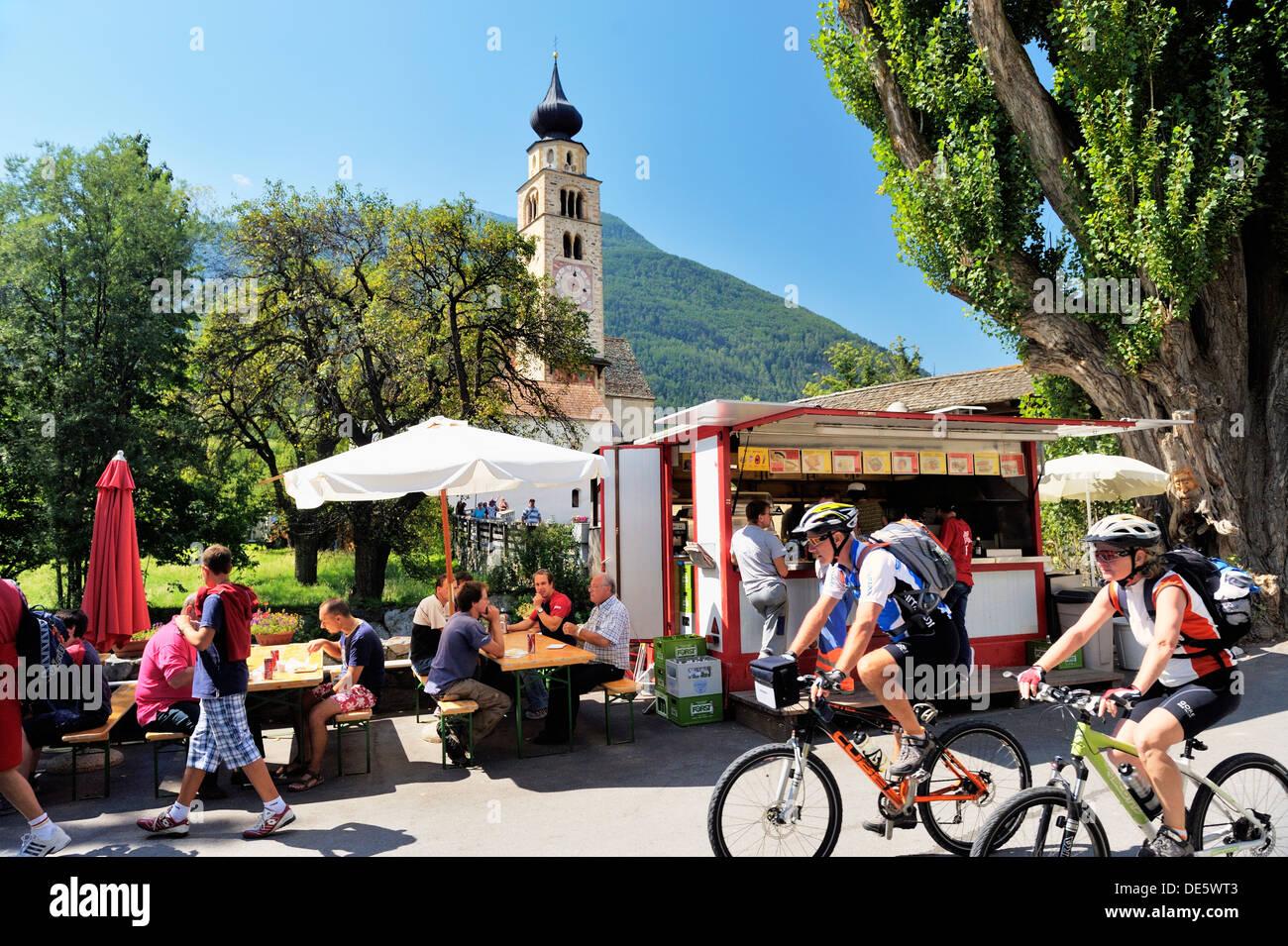 Radfahrer außerhalb der mittelalterlichen Mauern umgebene Stadt der Stadt Glurns in Val Venosta, italienischen Stockbild
