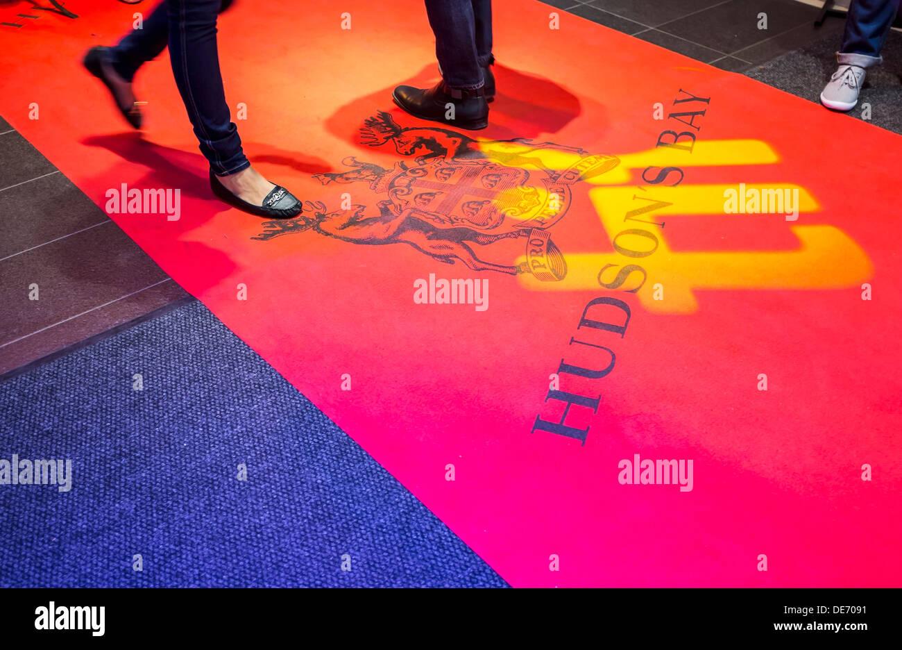 TIFF-Logo ist auf dem roten Teppich bei der TIFF Bell Lightbox während 2013 Toronto International Film Festival projiziert. Stockbild