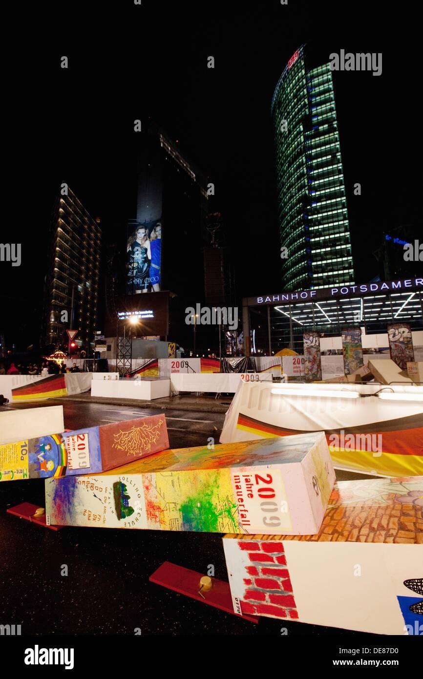 Domino-Show während der 20. Jahrestag der Berliner Mauer fallen in Potsdamer Platz, Berlin, Deutschland, Europa Stockbild