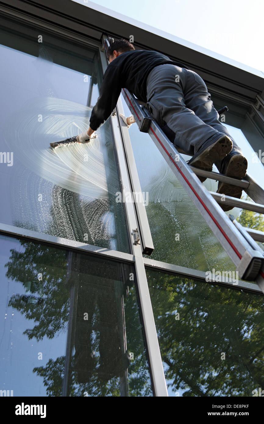 Berlin Deutschland Fensterputzer Bei Der Arbeit Stockfoto Bild