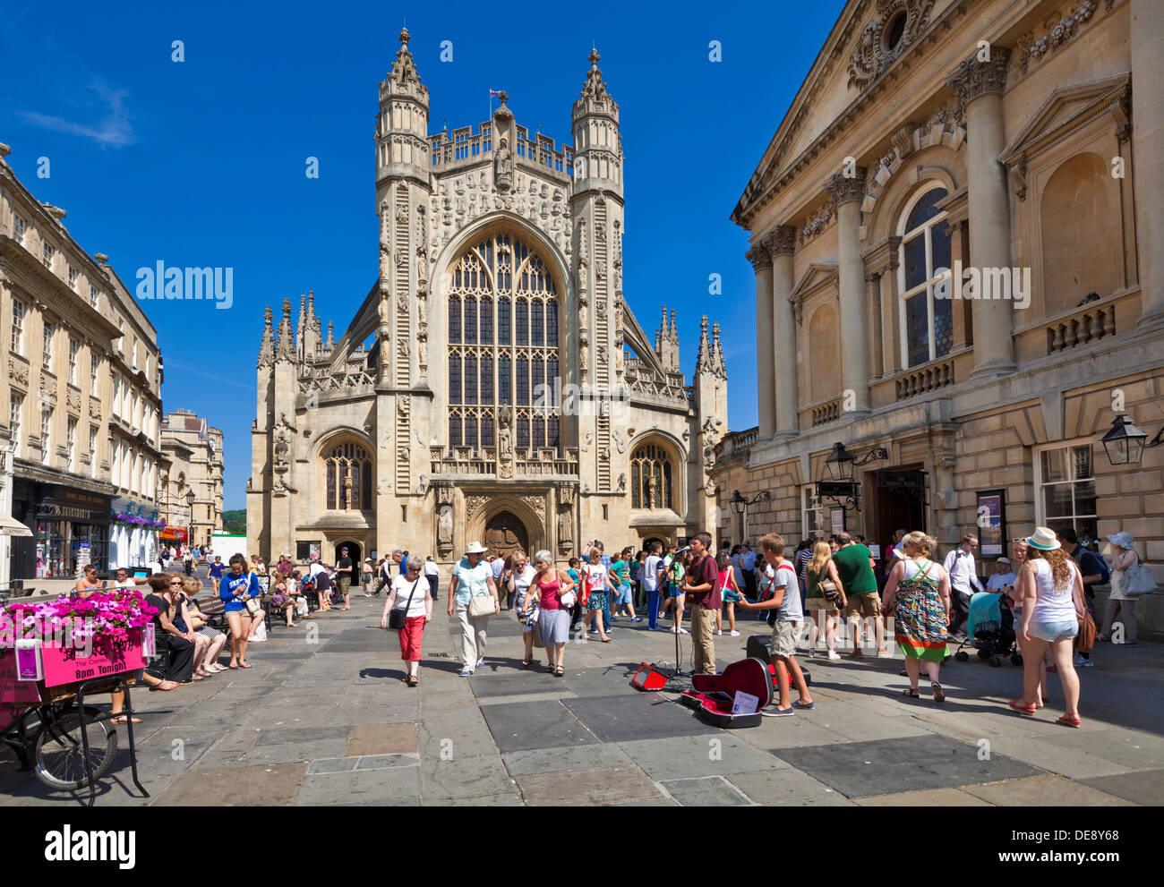 Massen von Menschen vor Bath Abbey und Eingang der Pumpe Zimmer Bad Stadt Zentrum Somerset England UK GB EU Europa Stockbild