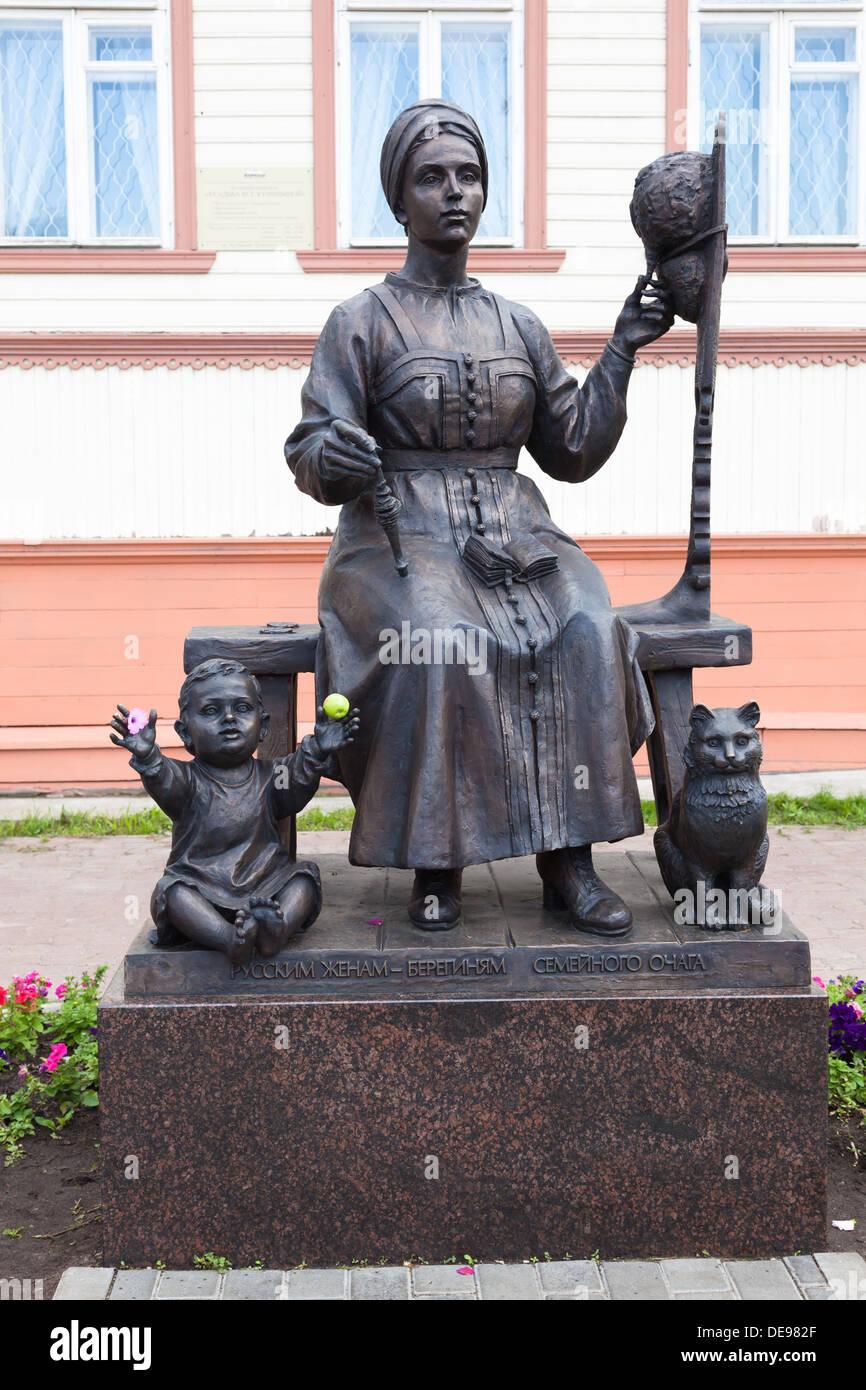 Skulptur der russischen Frauen in Tracht und Kind - die Ehefrauen, die Hüter der Familie Herd Stockbild