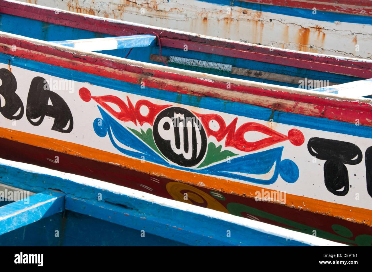 Bunt bemalte Designs auf gambischen Fischerboote Tanji, Gambia, Westafrika Stockfoto