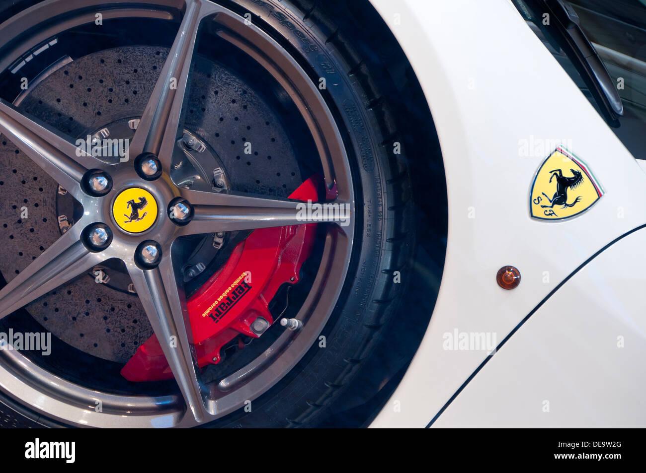 Nahaufnahme eines weißen Ferrari 458 Spyder Sportwagen mit Rad & Abzeichen Stockbild