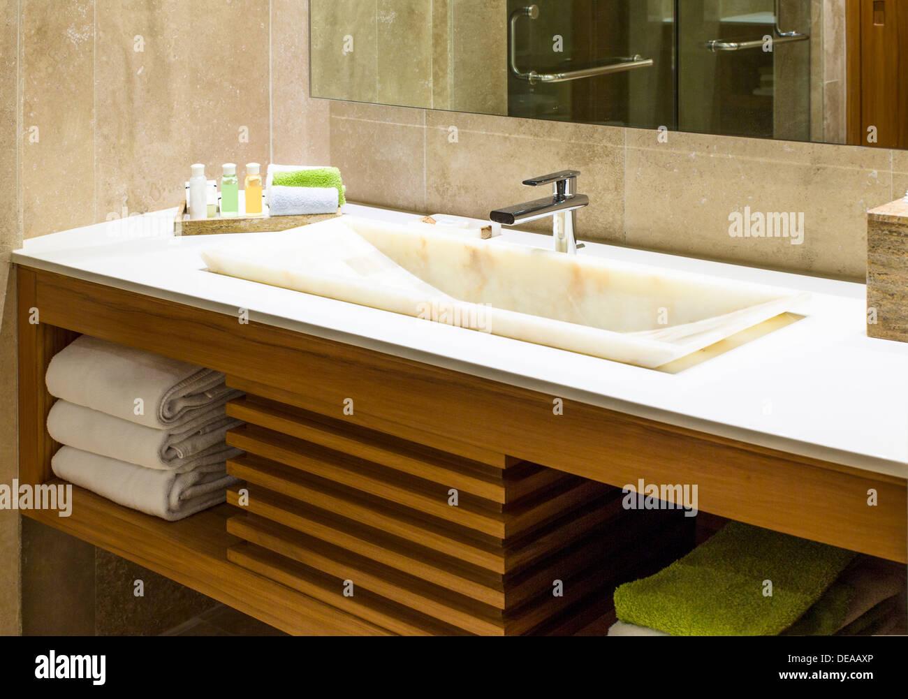 Moderne Marmor Waschbecken in eine Toilette oder Hotel Badezimmer ...