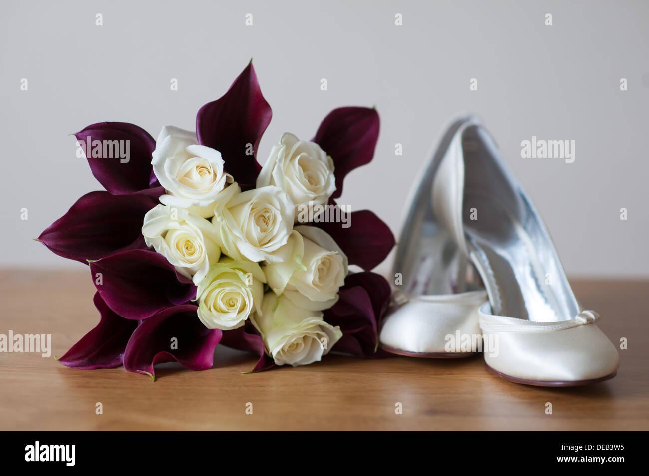 Brautstrauss Und Schuhe Der Braut Mit Calla Lilien Und Rosen