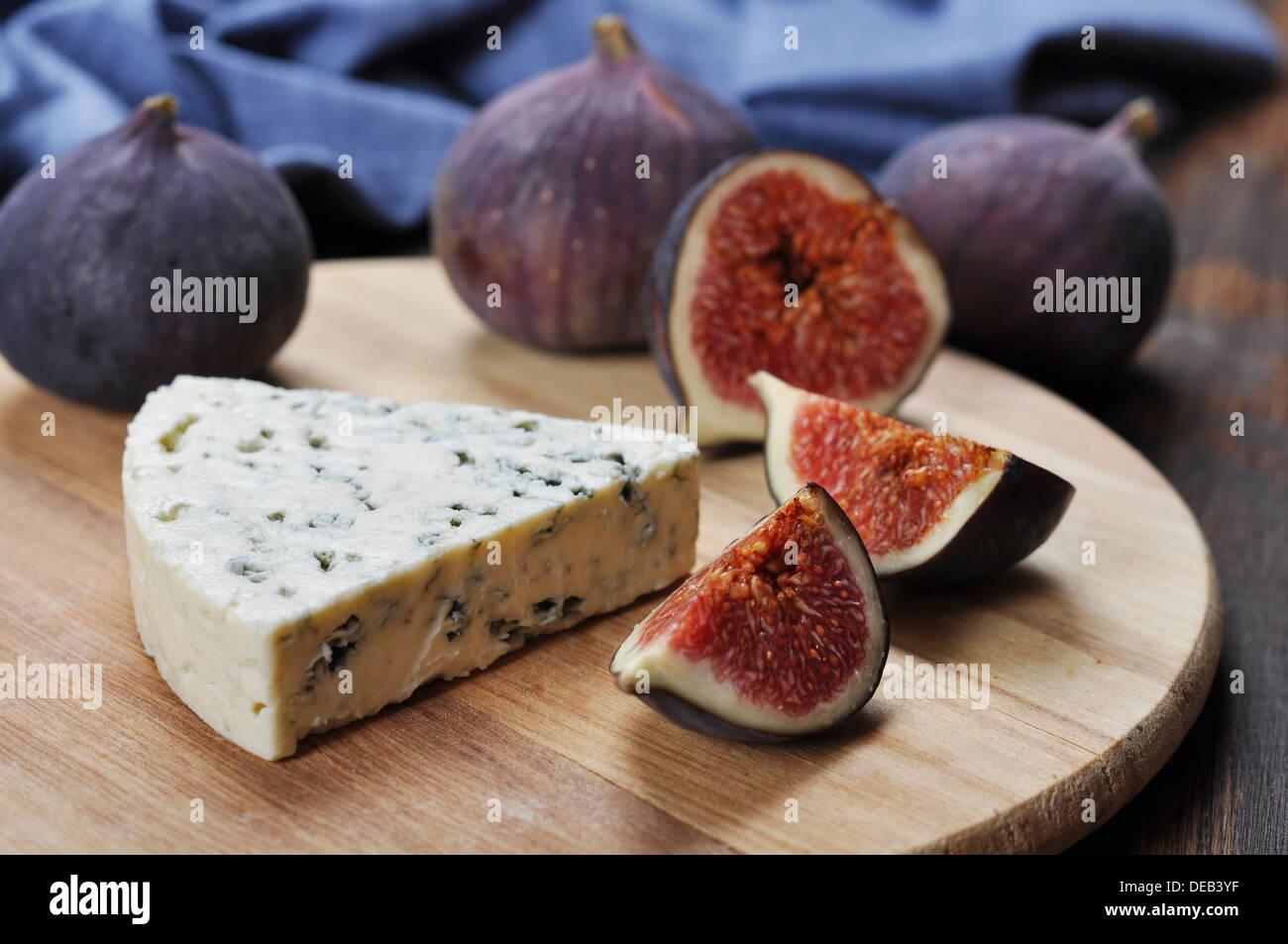 Blauschimmelkäse und frische Feigen Früchte auf einem Holzbrett Stockbild