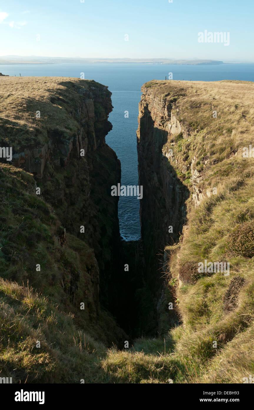 Ein Geo (Rock Spalt) auf Dunnet Head, in der Nähe von Thurso, Caithness, Schottland, UK Stockbild
