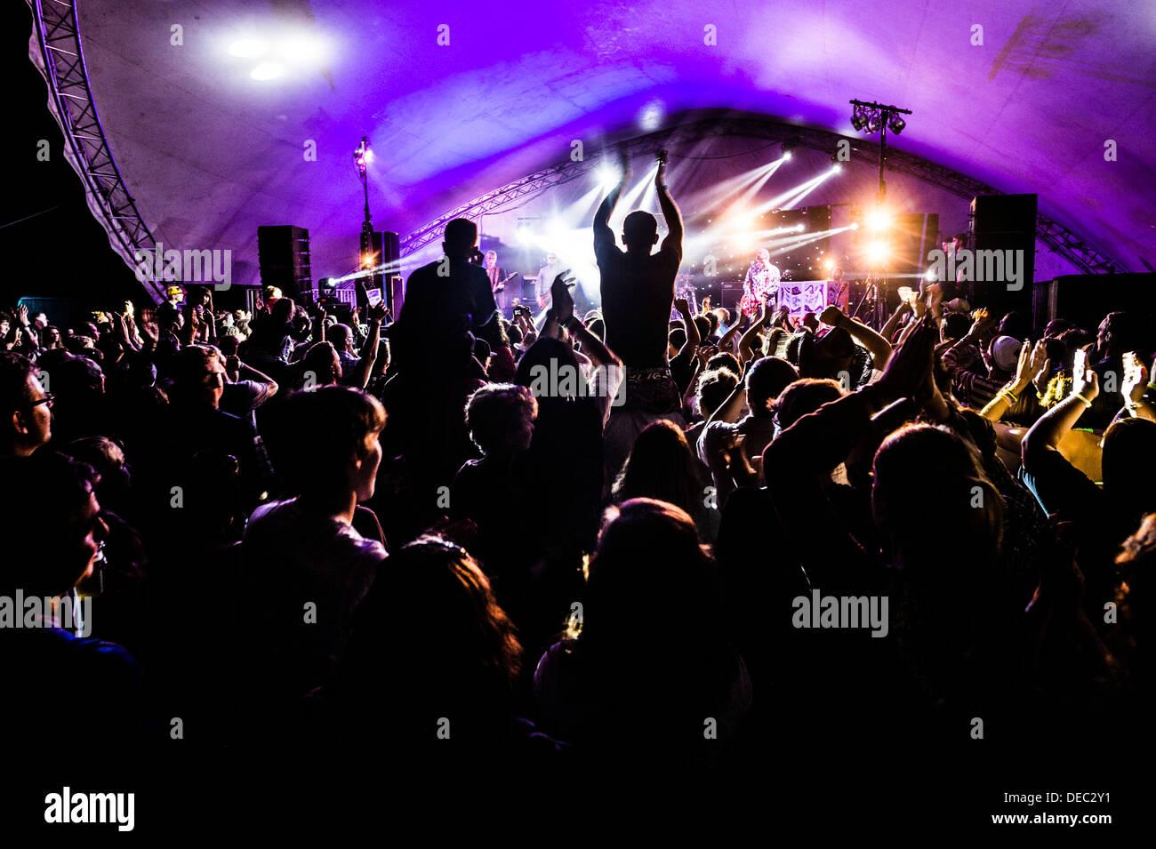 Massen von Menschen, die Musik auf dem großen Tribute Music Festival, August Bank Holiday Wochenende genießen Sommer Wales UK Stockbild