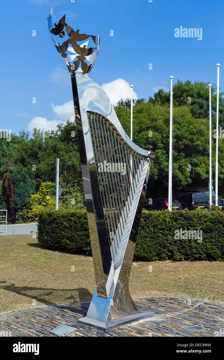 Harfe außerhalb des International Musical Eisteddfod-Geländes in Llangollen, Denbighshire, Wales, UK Stockbild