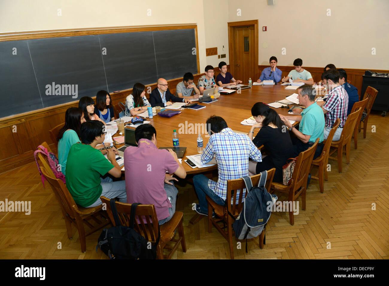 Business-Seminar für junge ausländische Fachkräfte interessiert mehr über Auslandsgeschäft in Yale Summer School zu lernen. Stockbild