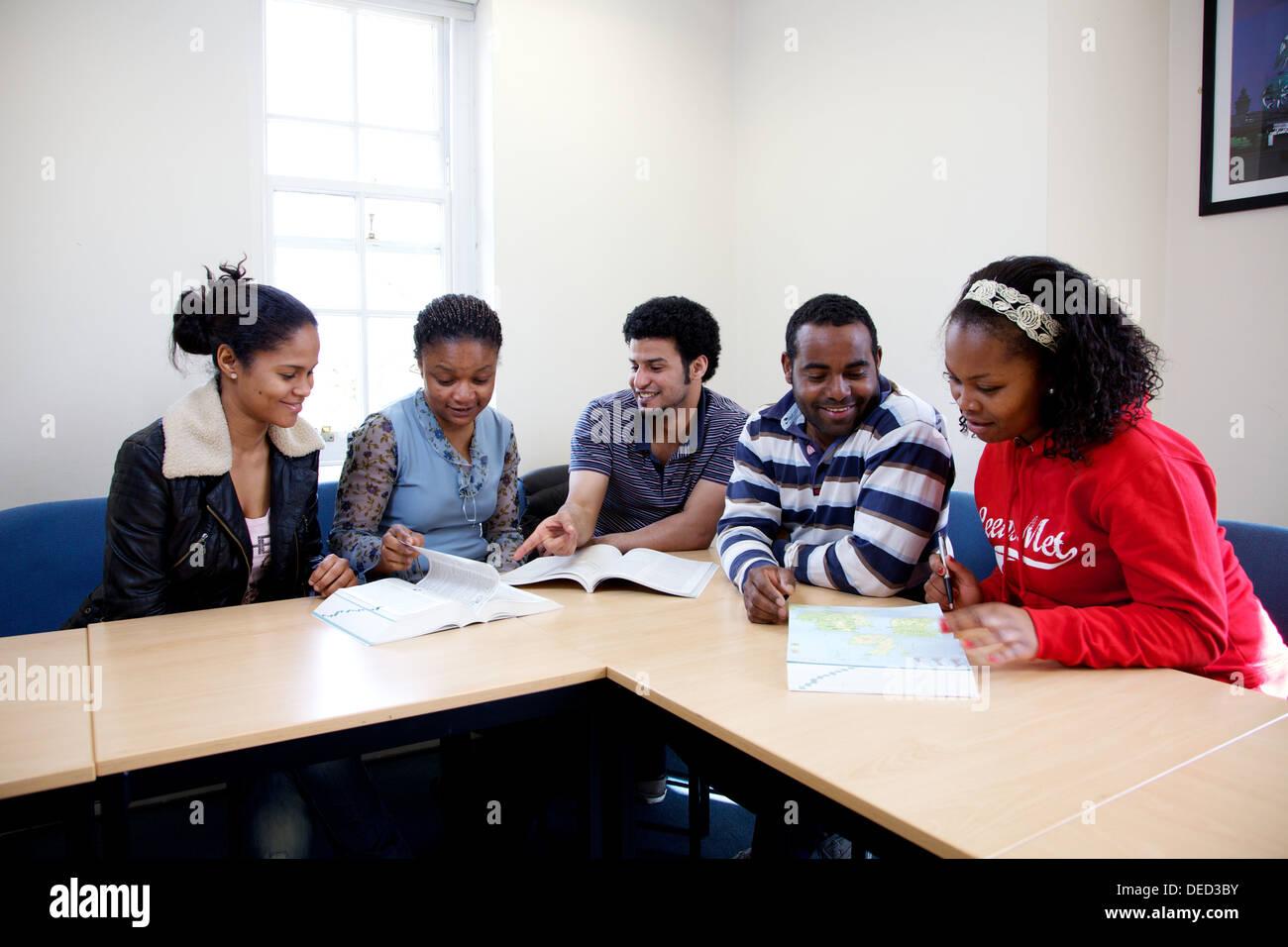 ausländische Studierende im Klassenzimmer Stockbild