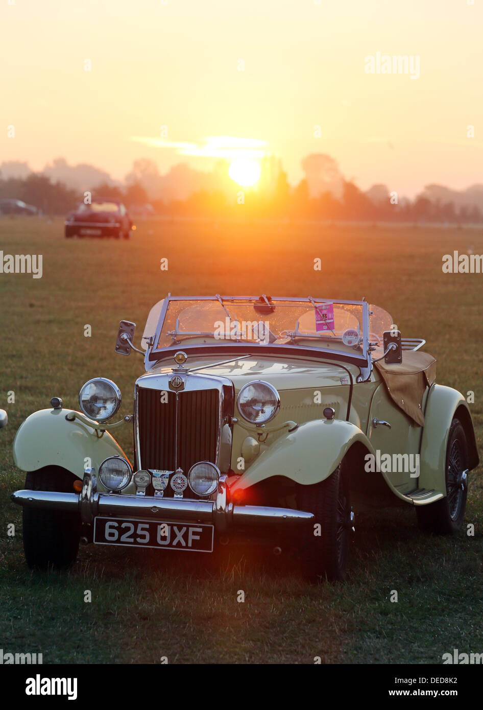 Chichester, UK. 15. September 2013. Goodwood Revival 2013 bei The Goodwood Motor Circuit - Foto zeigt Sonnenaufgang Stockbild